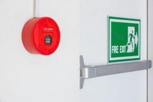 puerta contra incendios y alarma