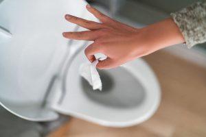 tirar toallitas por el baño